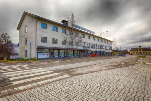 Venäläinen liikemiesryhmä hankki omistukseensa Nelostiellä Kuhmoisten Pihlajalahdessa sijaitsevan 3,7 hehtaarin suuruisen rantapaikan ja hotellikiinteistön vuonna 2001. Alueesta luvattiin rakentaa joulumatkailun keskus Venäjältä Suomeen tuleville turisteille. Hanke on jäänyt toteuttamatta. Kiinteistö on ollut tyhjillään jo 13 vuotta.