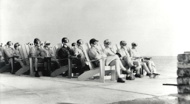 Naapuriatollin VIP-katsomossa ydinräjäytyksiä seurattiin suojalasit päässä.