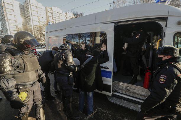 Poliisi pidätti ihmisiä myös oikeustalon edessä Moskovassa tiistaina.