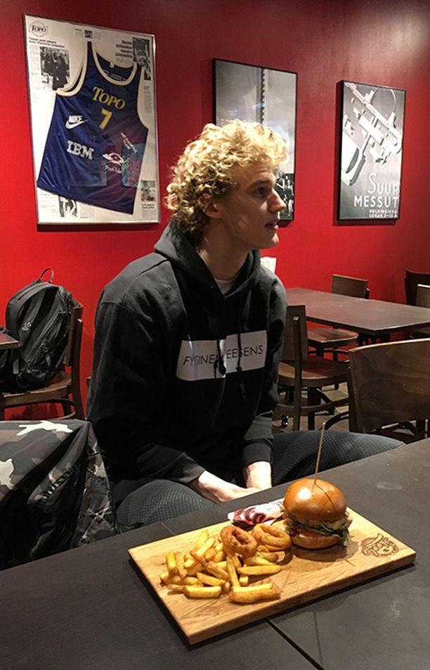 Markkanen maistoi keskiviikkona nimikkoburgeriaan helsinkiläisessä ravintolassa.