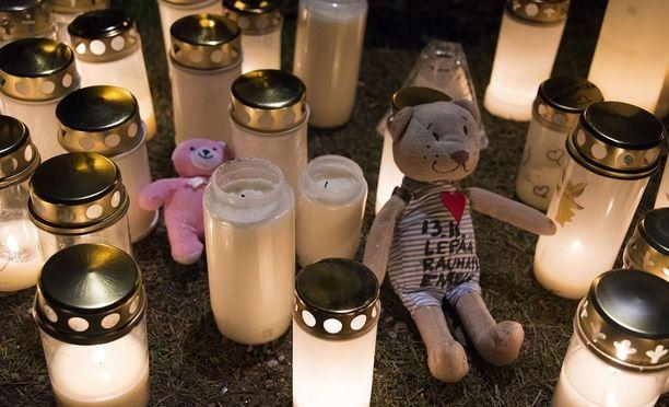 Kynttilöiden meri paloi surmapaikalla marraskuussa pienen vainajan muistoksi.