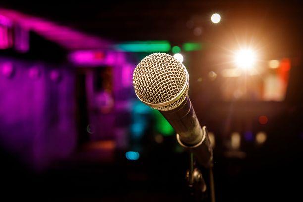 Laulaja tuomittiin törkeästä kavalluksesta ja kahdesta perusmuotoisesta kavalluksesta vuoden ehdolliseen vankeusrangaistukseen. Kuvituskuva.