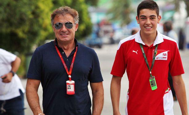 Jean Alesi poikansa Giulianon kanssa.