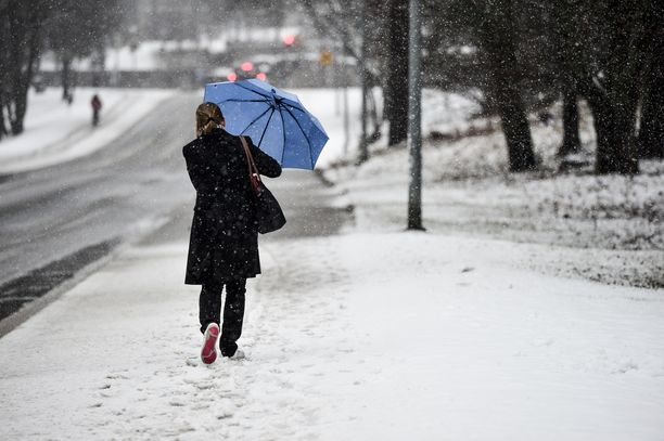 Lumisadealue saapuu iltapäivällä maan länsiosaan, josta se liikkuu illan ja yön kuluessa lähes koko maahan.