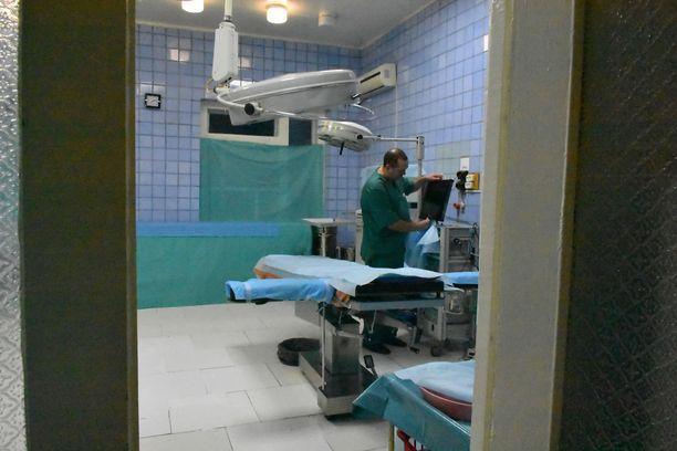 Sairaalan suuressa leikkaussalissa on kirurgin mukaan kaikki tarvittava välineistö.