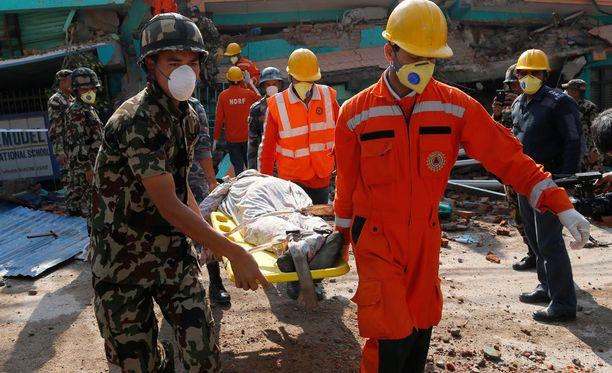 Maanjäristyksen uhreja kannettin ulos raunioista Nepalin pääkaupungissa Kathmandussa. Muun muassa Travelandtourworld.com-matkailusivusto ennustaa, että seuraavaksi kolera ja muut kulkutaudit ovat vaarassa hankaloittaa jo ennestään hankalaa pelastusurakkaa.