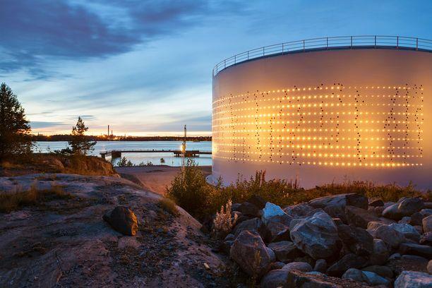 Öljysäiliö on muisto Kruunuvuorenrannan lähes 90 vuotta kestäneestä öljysatamakaudesta.
