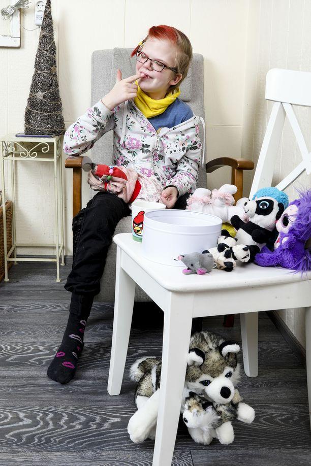 Axulle on annettu sädehoitoja 33 kertaa. Nyt hoidot on lopetettu ja tytöllä on elvytyskielto. Axu esittää aina reipasta, vaikka hänellä olisi koviakin kipuja.