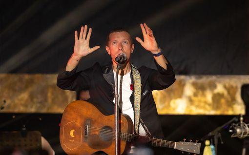 Eturivin ykköstähdet houkuttelevat fanejaan pysyttelemään kotona – Chris Martinilta, John Legendiltä ja Keith Urbanilta kotikonsertteja