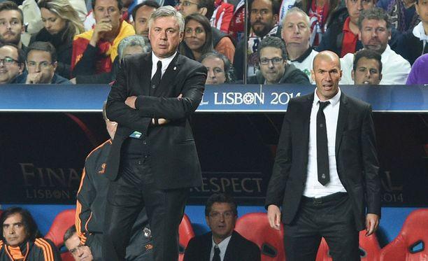 Carlo Ancelotti (vas.) ja Zinedine Zidane toimivat toukokuussa 2014 Real Madridin valmentajina.