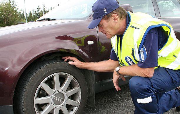 Poliisi arvioi keliolot tapauskohtaisesti tien päällä, mutta harvoin nastarenkaisiin puututaan ennen huhtikuun loppua.