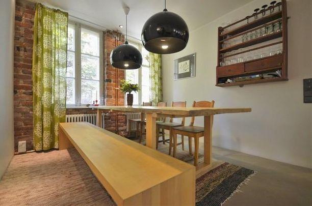 Maanpinnan tuntumassa kaupungin keskustassa. Tämä asunto on sekoitus uutta ja vanhaa entisen leipomon tiloissa puutalon kivijalassa Turussa.