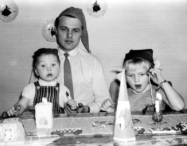 – Aina ennen joulua äiti järjesti meidän perheelle pikkujoulut, jotka ovat jääneet mieleeni todella tärkeänä juttuna. Olen kuvassa isäni ja pikkuveljeni kanssa. Leivoimme koko perhe yhdessä pipareita. Jo pienenä sain lempinimen Nanna, ja äitini kutsuu minua Nannaksi edelleen.