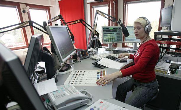 Radiojuontaja Sari Seppälä työssään.