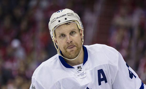 Toronto Maple Leafsin Leo Komarov sai jäähyn väärästä varusteesta NHL-kauden avausottelussa Winnipeg Jetsiä vastaan.