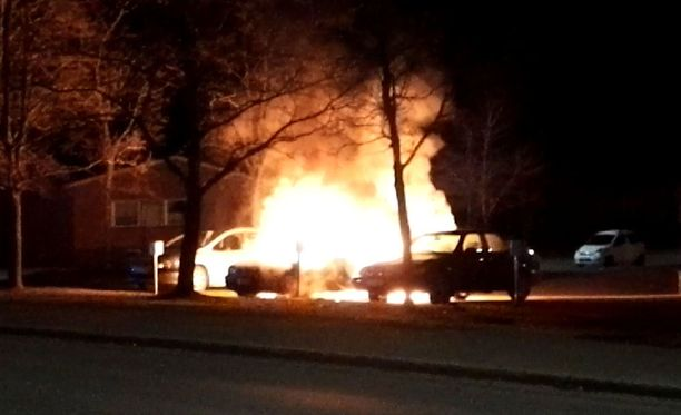 Palo uhkasi myös viereisiä autoja.