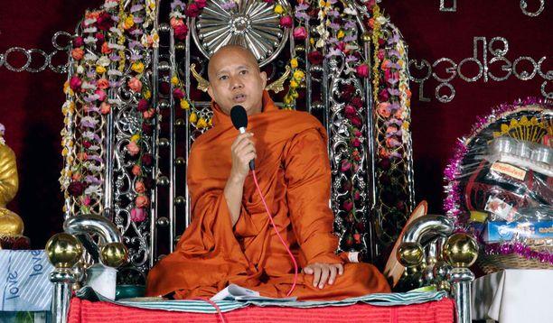 Wirathun johdolla väkijoukko veisaa puhdasoppisesta rodusta ja uskonnosta.