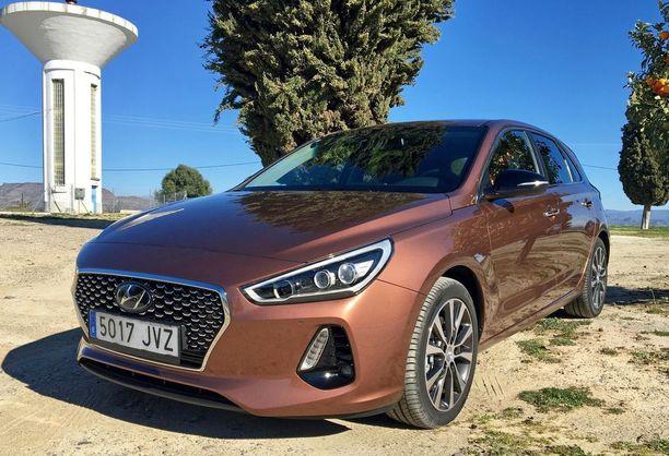 Hyundai i30 on perinteinen alemman keskiluokan auto polttomoottoreilla, eikä tehtaalla ole aikomustakaan tehdä siitä hybridi- tai sähköautoa.