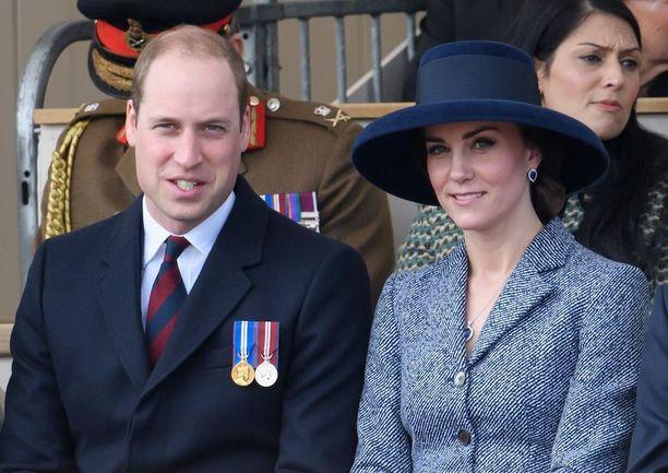 Prinssi ja herttuatar istuivat muistomerkin julkistamistilaisuudessa vierekkäin.