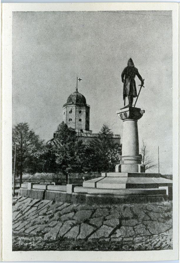 Näkymä Torkkeli Knuutinpojan patsaalta linnaa kohti. Kuva vuodelta 1942.
