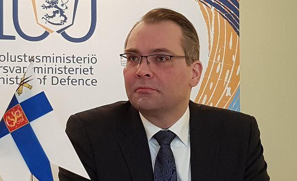 Koen, että vastuullisena ministerinä tehtäväni on herätellä niin poliitikot kuin kansalaisetkin ymmärtämään, että maanpuolustukseen kannattaa suhtautua vakavasti ja että meillä on 2020-luvulla edessä melkoisia haasteita, puolustusministeri Jussi Niinistö (sin) sanoo.