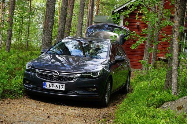 Uusi Astra ei häkellytä erikoisella ulkonäöllään. Auto vaatii rinnalle edeltäjänsä, jolloin korimallien erot toki heti huomaa.