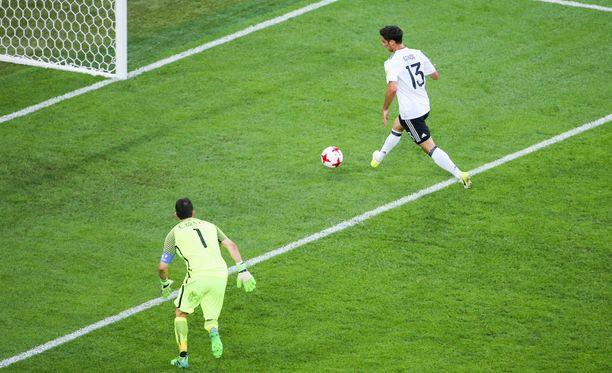 Lars Stindl ratkaisee Confederations Cupin mestaruuden chileläispuolustajan karmivan virheen jälkeen.