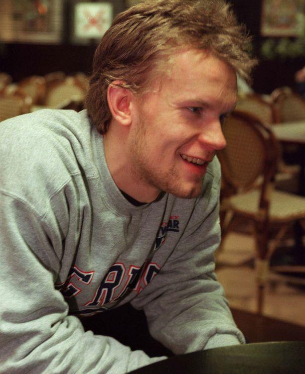 Kaudella 1997-98 Karalahti murtautui liigan eliittiin. 43 runkosarjaottelussa HIFK-pakki saldotti tehot 14+16.