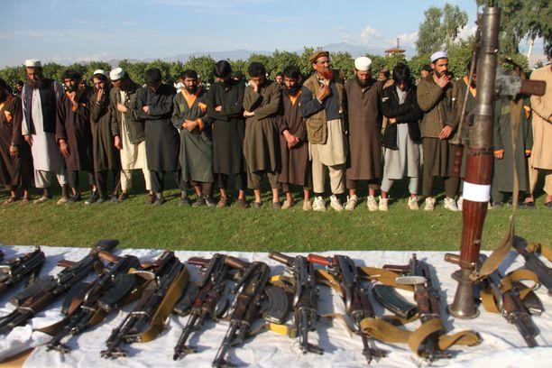 Isis saatiin laajalti kukistettua vuonna 2019. Ääriliikettä vastaan taistelivat Yhdysvallat, Afganistanin hallitus sekä kilpaileva ääriliike Taliban. Kuvassa Afganistanin joukoille antautuneita Isis-taistelijoita.