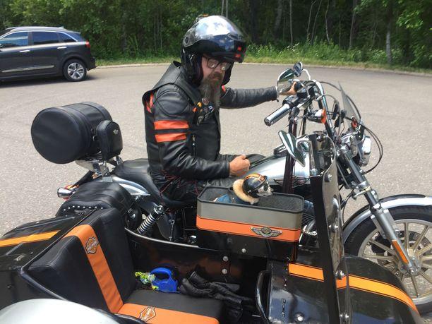 Jorma Lindros  ja Otto-koira kääntävät katseita missä tahansa päin Suomea tai muuta Eurooppaa liikkuvatkin. Tänä kesänä matkaa taitetaan 1500-kuutioisella ja sivuvaunullisella Harley-Davidson-moottoripyörällä.