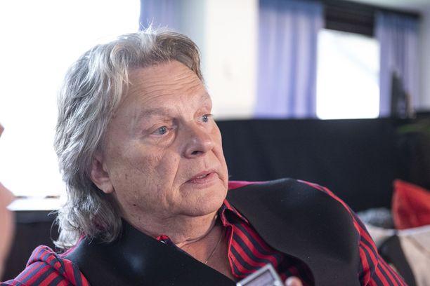 Lauri Ylönen esittää Pepe Willbergin päivänä kappaleen, joka pysäyttää artistiporukan.