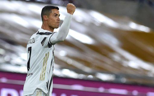 Marca: Cristiano Ronaldon koronatesti jälleen positiivinen – poseeraa miljoonakello kädessään