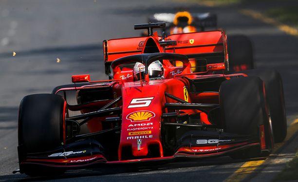 Ferrarin Sebastian Vettel ei pystynyt vastaamaan Mersun vauhtiin Melbournessa.