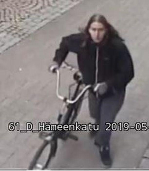 Poliisi julkaisi selkeämmän valvontakamerakuvan epäillystä ryöstäjästä ja pyytää edelleen vihjeitä.