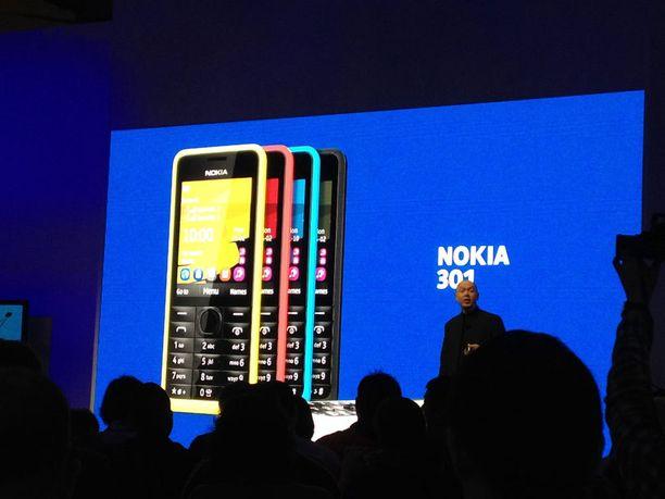 Marko Ahtisaari esittelee Nokian 301-uutukaista.