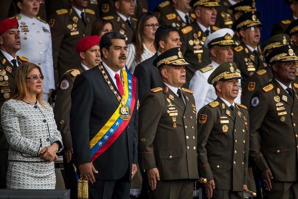 Televisioituun sotilasseremoniaan osallistui lauantaina myös presidentti Maduron vaimo (vas.).