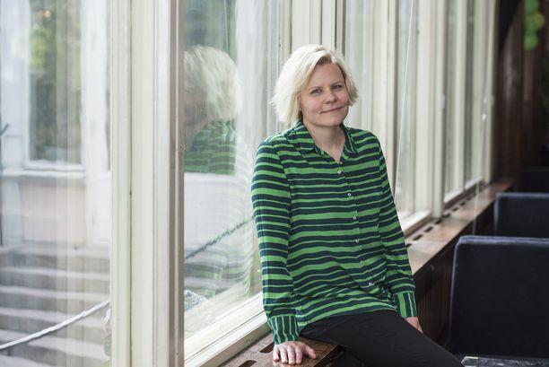 Paula Noronen tunnetaan kirjailija, käsikirjoittajana sekä tv- ja radiojuontajana.