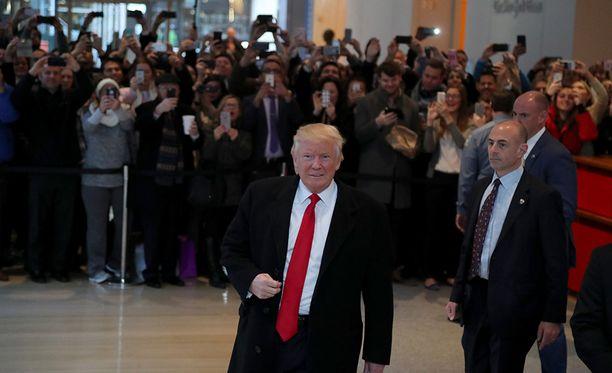 Donald Trump poistumassa New York Timesin toimituksesta, jossa hän oli haastateltavana tiistaina.