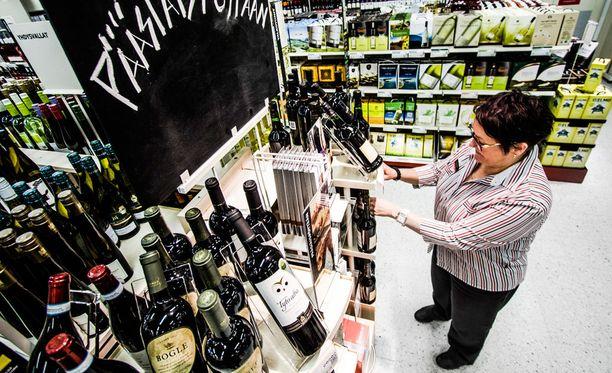 Myymäläpäällikkö Briitta Kortesalmi asetteli Rovaniemellä viinejä esille viime pääsiäiseksi.