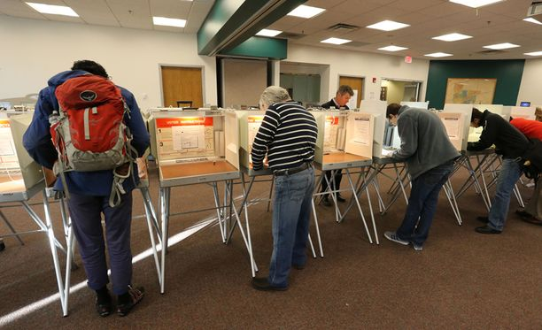 Äänestäjiä tiistaina Coloradon Boulderissa.