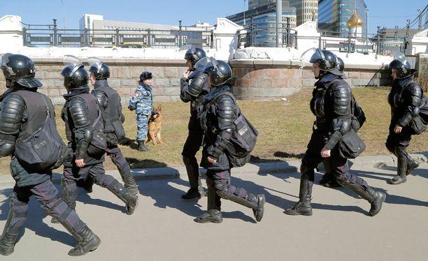 Poliiseja matkalla mielenosoituksiin.