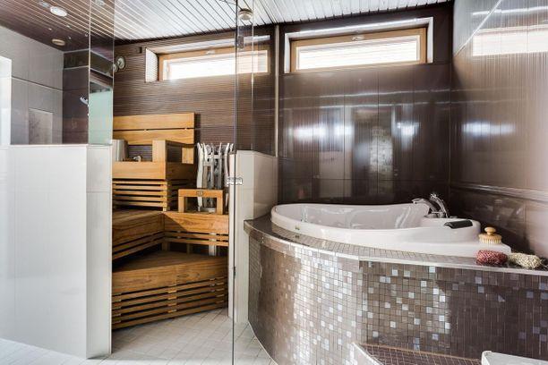 Ruskea laatta on nykyisin rohkean valinta. Kylpyhuoneissa trendit vaihtuvat hitaasti. Vuoden 2012 messukohteissa näkyi vaaleaa laattaa, osittaisia lasiseiniä ja erikoisia kiukaita. Samat elementit toistuvat suomalaisten kylpyhuoneissa edelleen.