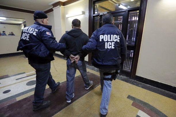 Maahanmuuttajia valvova poliisiviranomainen ICE panee täytäntöön kiristyneen linjan mukaisia karkotuksia ja pidätyksiä. Kuvituskuva.