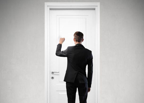 Ulosottomiehen normaali toimintatapa on tavoitella asiakasta esimerkiksi hänen kotiosoitteessaan käymällä. Kuvituskuva.