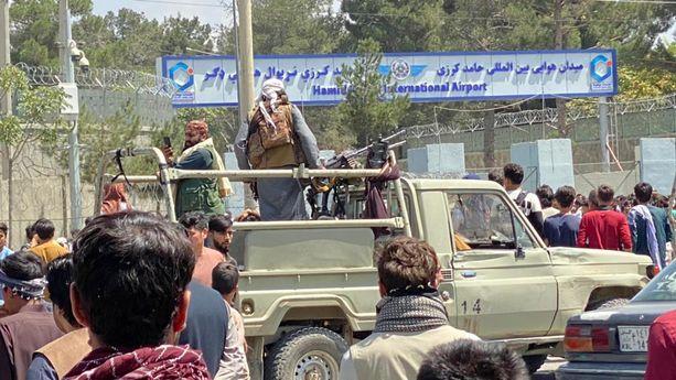 Talibanin aseistetut sotilaat pitävät vahtia Kabulin lentokentän edustalla.