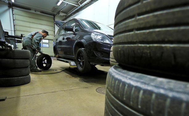 Vaihdat sitten alle uuden tai käytetyn renkaan, niin renkaan ikä on vilkaista.