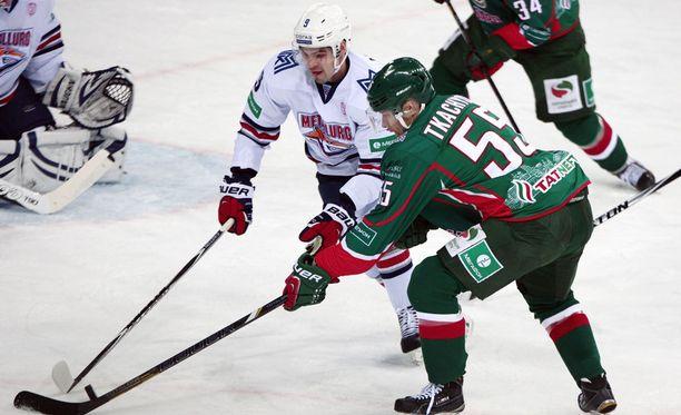 Komean rankkarimaalin viime perjantaina tehnyt Ak Bars Kazanin hyökkääjä Vladimir Tkatshjov ahdistelee tässä Magnitogorskin maalia.