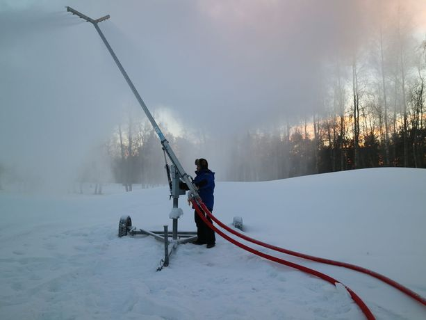 Mitä enemmän pakkasta, sitä parempaa lunta tykki tupruttaa, tietää kyläpäällikkö Kalle Komulainen.
