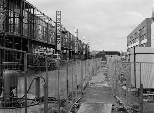 Itäkeskuksen rakennustöitä 80-luvun alussa. Vasemmalla Itäkeskuksen kauppakeskus, oikealla Turunlinnantie. Kuvattu Tallinnanaukiolta Itäkeskuksen metroasemalle päin.