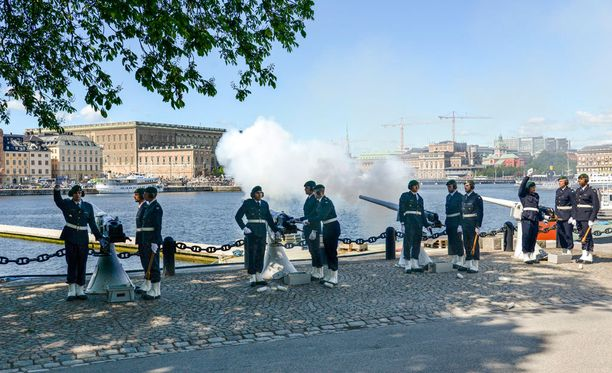 Tukholmassa ammuttiin myös 21 kunnialaukausta prinssin kunniaksi. Laukaukset ammuttiin tiistaina kello 12 paikallista aikaa.